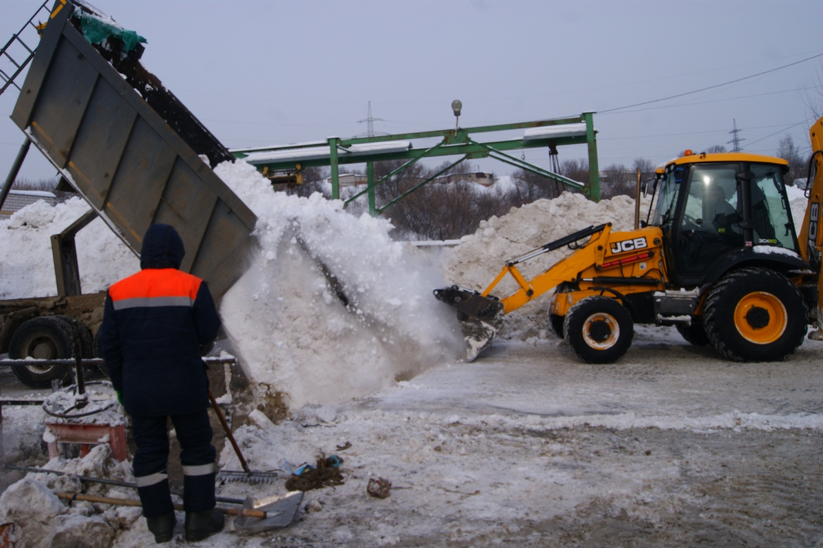 140 рабочих и 90 единиц техники убирают снег в Советском районе - фото 1