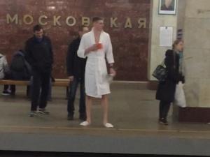 Пранкер спустился в нижегородскую подземку в халате и тапочках