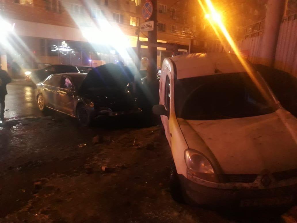 Иномарка влетела в компанию школьников в центре Нижнего Новгорода: 11 человек в больнице - фото 1