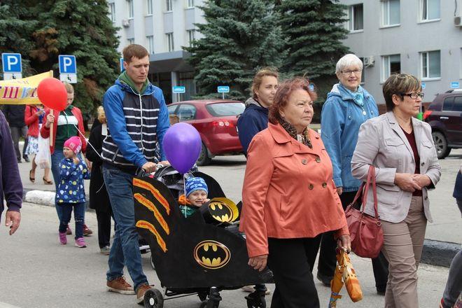 Бэтмены и принцессы стали участниками парада колясок на Бору - фото 7