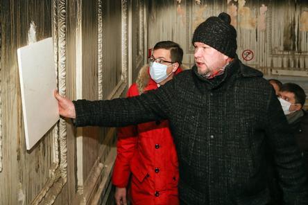 Мраморную стену советских времен обнаружили в горевшем Литературном музее в Нижнем Новгороде