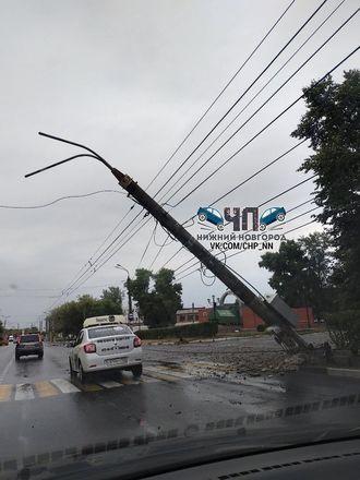 Машина снесла столб около ДК Железнодорожников в Нижнем Новгороде - фото 1