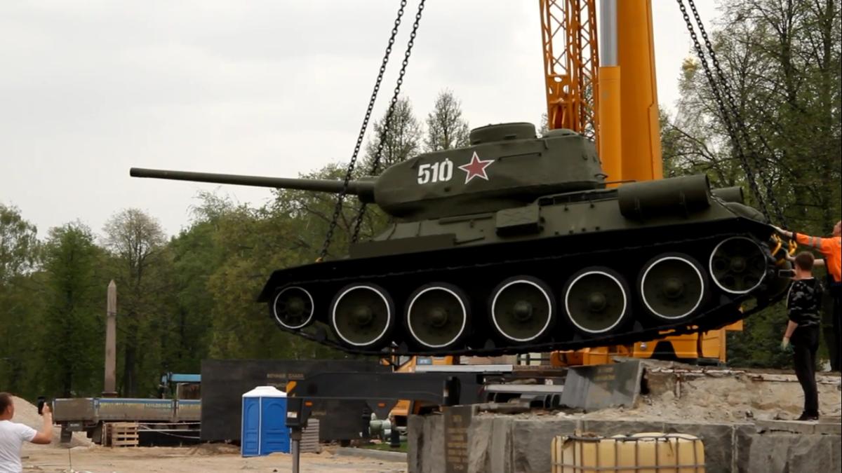 Танк Т-34 в Нижегородском кремле временно сняли с постамента для реставрации - фото 1