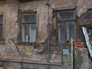 Прокуратура признала сроки расселения жильцов аварийного дома на улице Коммуны незаконными