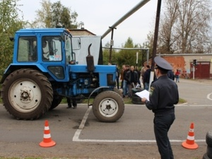 Работники Гостехнадзора выдали права трактористам без сдачи экзамена