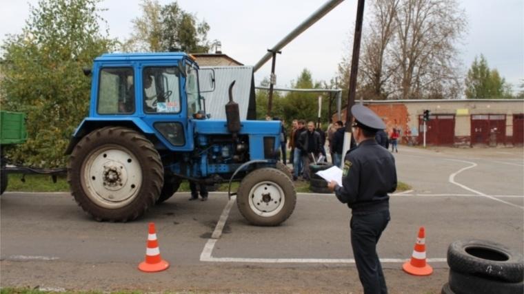 Работники Гостехнадзора выдали права трактористам без сдачи экзамена - фото 1