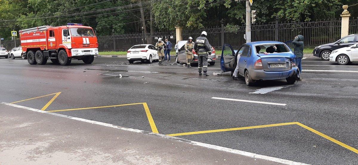ДТП с участием трех автомобилей перекрыло движение на проспекте Гагарина - фото 2