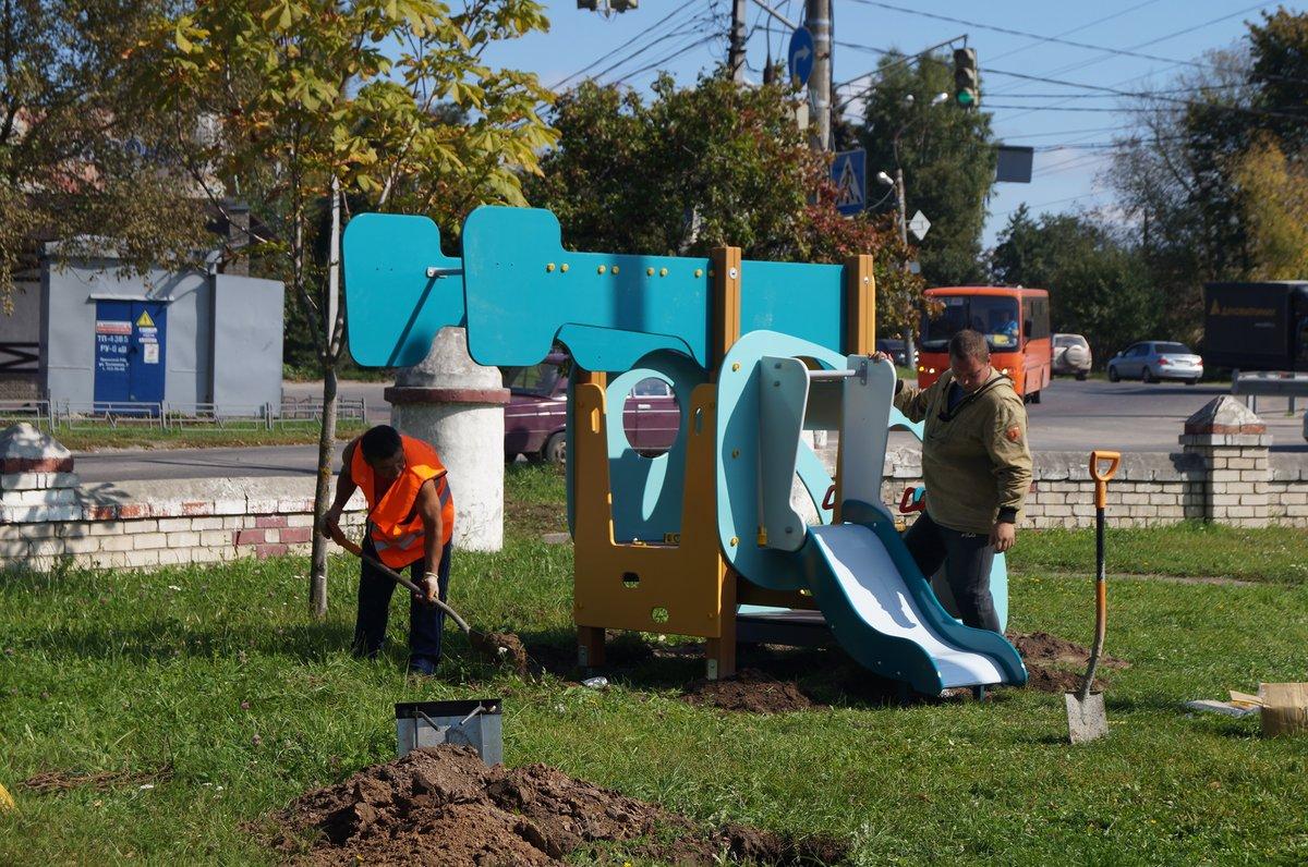 Детская площадка советских времен в Дубенках пополнилась новыми качелями и горками - фото 2