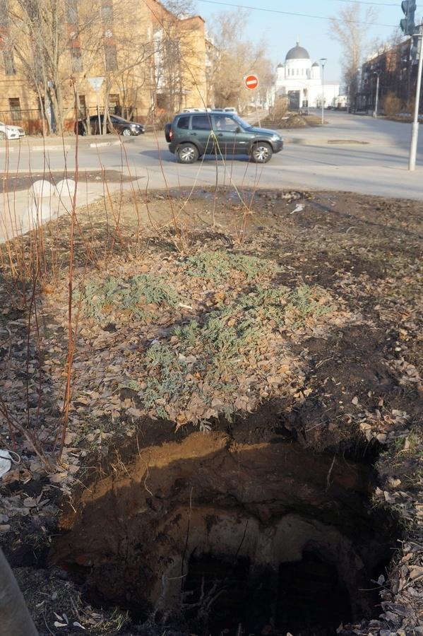 Специалисты выясняют причины провала грунта на Ярмарочном проезде - фото 1