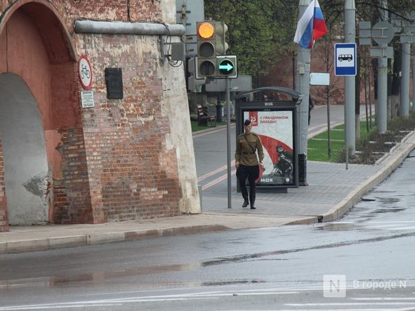 Пустые улицы и «Бессмертный полк» на балконах - фото 69